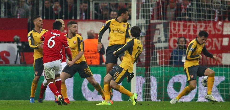 Arsenal sống sao với hàng thủ tan nát