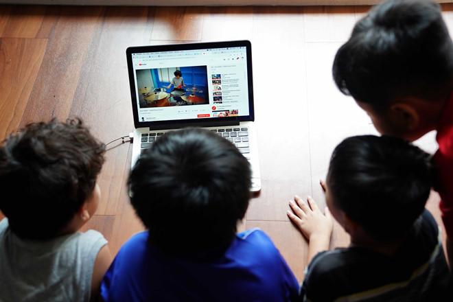Không cản con dùng điện thoại, tivi chỉ có cha mẹ thông minh mới biết